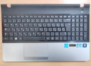 Samsung NP300 Magyar billentyűzet palmrestel bekapcsoló panellel.